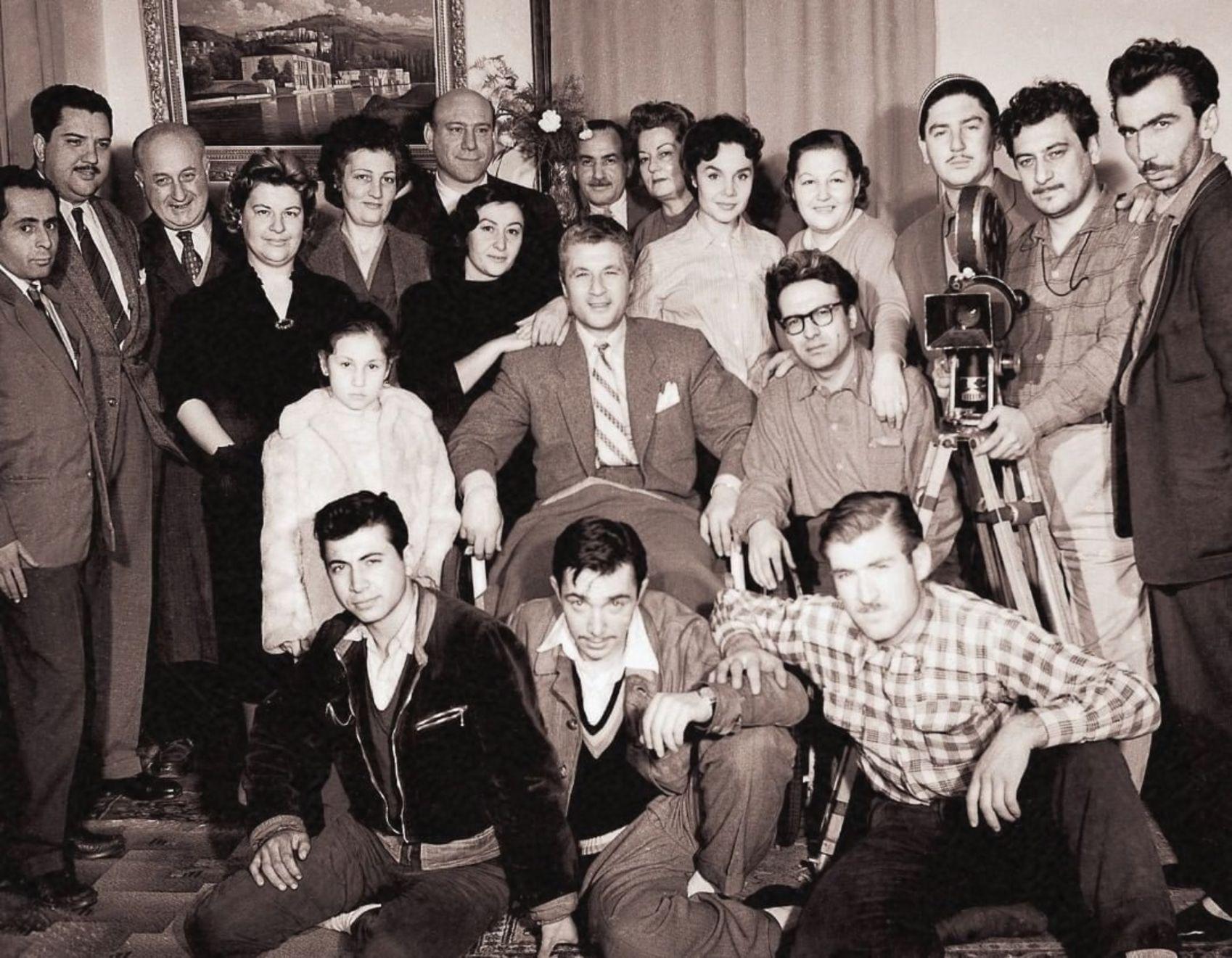 Nişan Hançer'in yönettiği 1958 yapımı 'Funda'da Türker İnanoğlu, yönetmen asistanı. (En önde ortada)