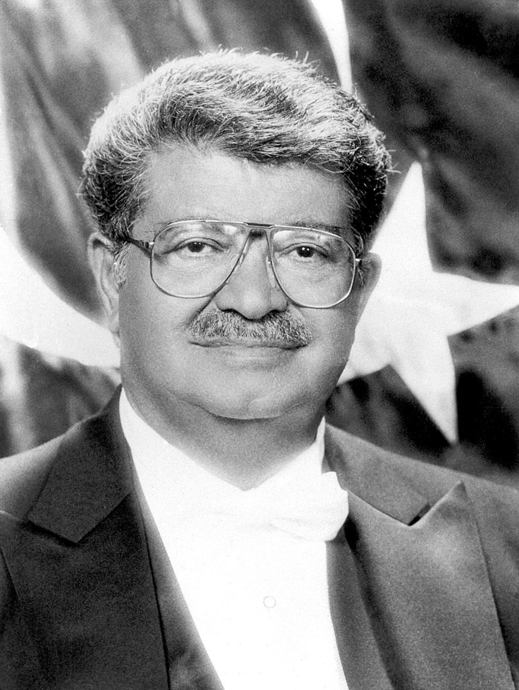 Turgut Özal, Türkiye Cumhuriyeti'nin 19'uncu Başbakanı ve 8'inci Cumhurbaşkanı oldu.