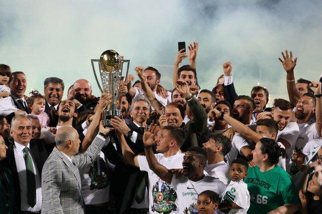 Denizlispor, şampiyonluk kupasını kaldırdı!