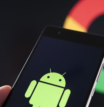 Akıllı telefon pazarında son yılların en kritik kararına imza atıldı. ABD Başkanı Trump'ın yasaklama kararının ardından Google, Huawei ile olan iş birliğini askıya aldı. Peki bu durum küresel akıllı telefon pazarını ve Google'ın Android platformunu nasıl etkileyecek? İşte akıllı telefon pazarında taşları yerinden oynatacak olan tablo… Habertürk'ten Necdet Çalışkan'ın haberi…