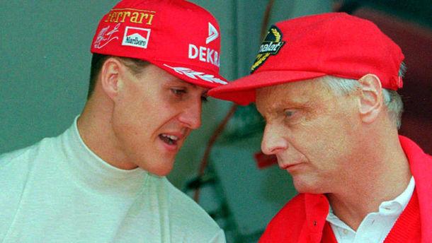 Bir başka Michael Schumacher ile görülen Lauda'nın yüzünde kazanın izleri görülüyor.