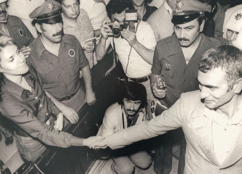 Yılmaz Güney, Nevşehir'de 3 aylık sürgün cezası aldığı yönündeki kararın açıklanmasından sonra Fatoş Güney ile böyle vedalaştı.