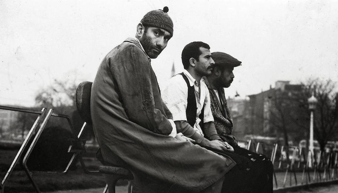 Atıf Yılmaz ile senaryosunu ortak yazdığı ve ortak yönettiği 'Zavallılar', Yılmaz Güney'in kamera karşısına geçtiği son film oldu.