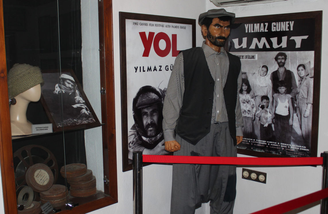 Yılmaz Güney'in pursantaj memurluğu yaptığı sıralarda taşıdığı bazı film kutuları, Adana Sinema Müzesi'nde balmumu heykeliyle birlikte sergileniyor.