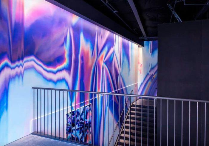 Facebook merkez ofisinde, Sanatçı Anne Vieux'ya ait bir mural çalışması.