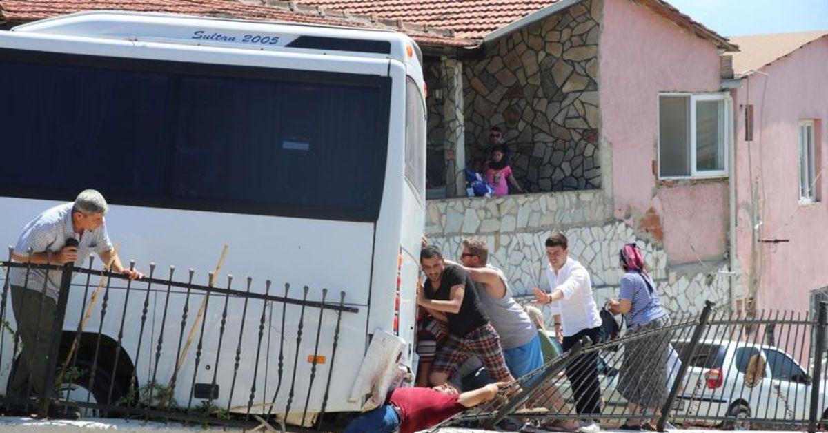 Demir Aşkı Ile Ailesi Arasında: Midibüs Ile Demir Korkulukların Arasında Kalıp öldü