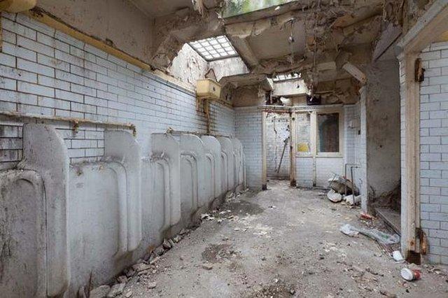 İngiliz mimar 1929'da inşa edilen yıkık dökük tuvaleti eve dönüştürdü