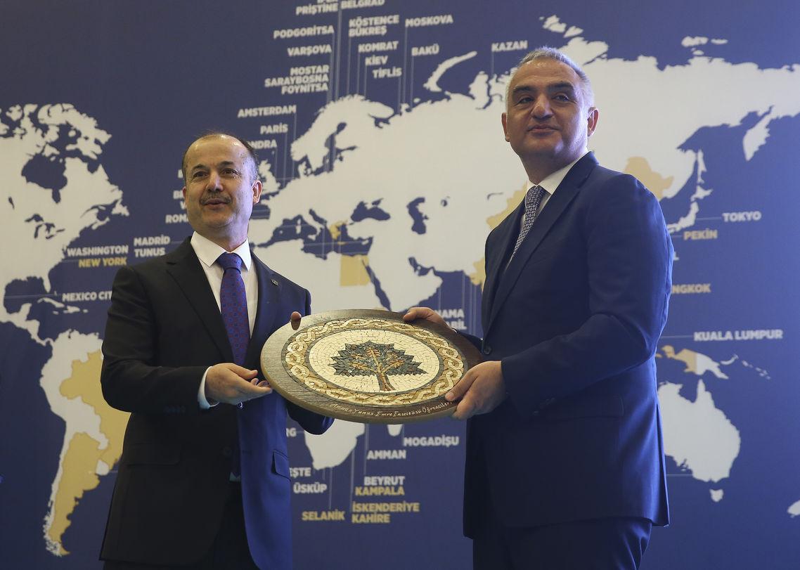 Yunus Emre Enstitüsü Başkanı Şeref Ateş, Mehmet Nuri Ersoy'a hediye verdi.