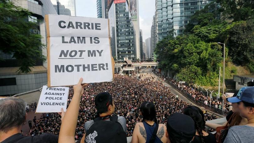 Hong Kong protestoları: Tartışmalı tasarı askıya alındı, gösteriler sürüyor