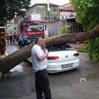 Bursa'da şiddetli rüzgar araçları devirdi