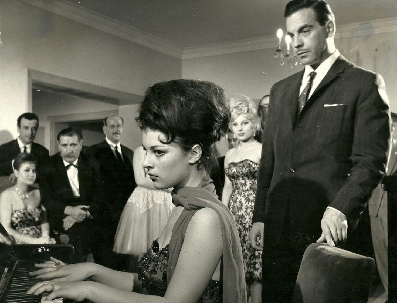 'Şaşkın Baba'... Hülya Koçyiğit, Hulki Saner'in yönettiği 1963 yapımı filmde başrolleri Ayhan Işık, Sadri Alışık, Vahi Öz ve Hulusi Kentmen ile paylaştı.