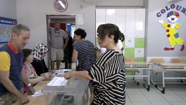 Ünlüler İstanbul Büyükşehir Belediye başkanlığı için oy kullandı