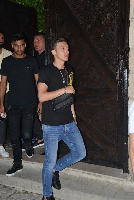 Mesut Özil'den seyyar çiçek satıcılarına tepki - Magazin haberleri