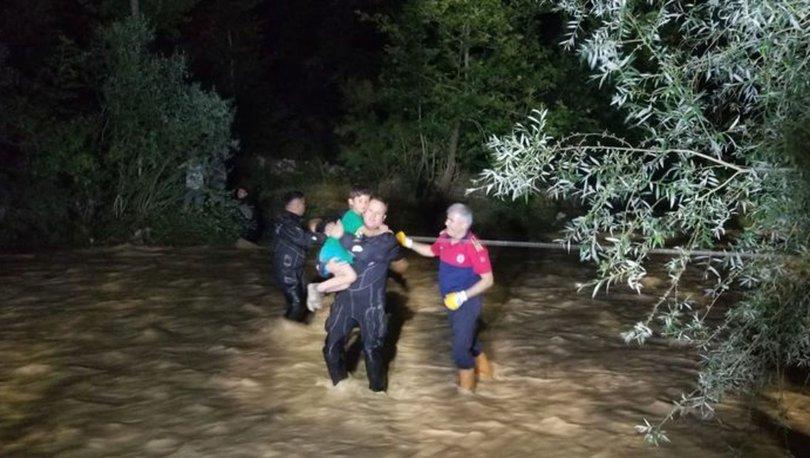 Çayda mahsur kalan 4 kişiyi itfaiye ekipleri kurtardı