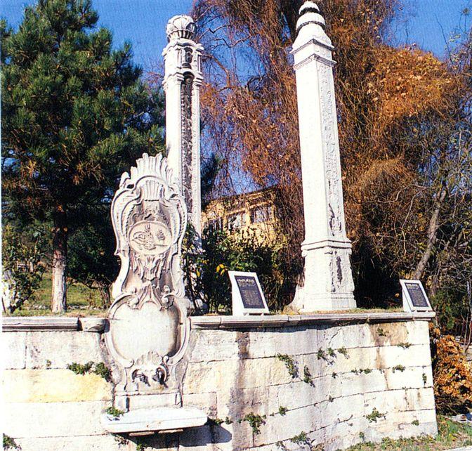 """Topkapı Sarayı'ndaki """"Bamya"""" ve """"Lâhana"""" taşları."""
