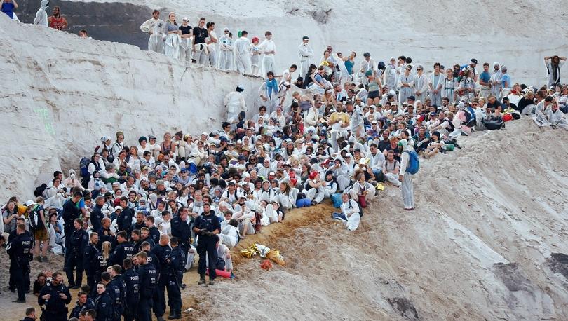 Fotoğraflarla: Almanya'da iklim değişikliği aktivistleri açık kömür madenine girdi