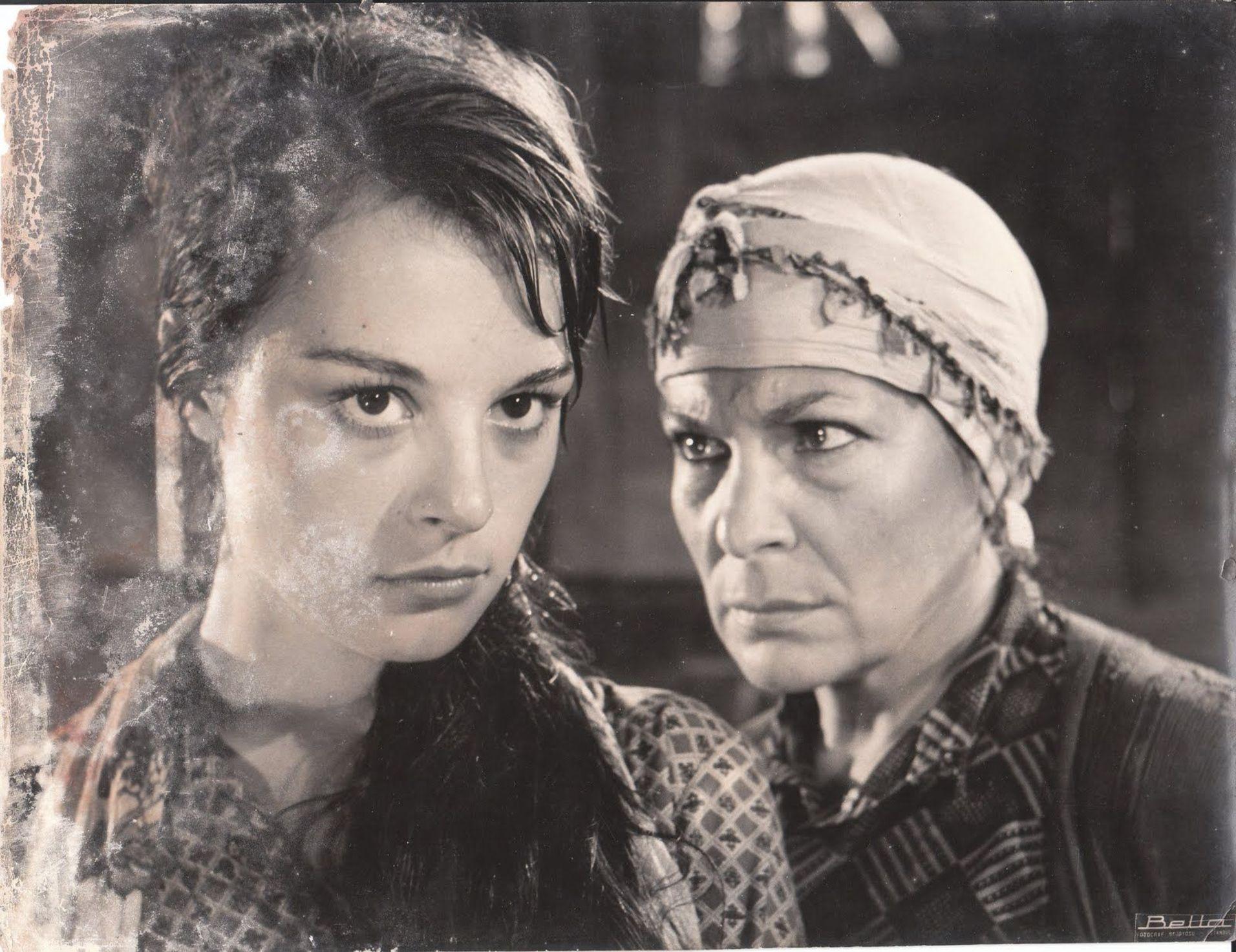Aliye Rona'nın filmlerinden biri de 1963'te Berlin Film Festivali'nde 'En İyi Film' dalında Altın Ayı kazanarak Türk sinemasına uluslararası ilk ödülü getiren Metin Erksan'ın 'Susuz Yaz'ı oldu. Rona, filmin bir sahnesinde Hülya Koçyiğit ile görülüyor.