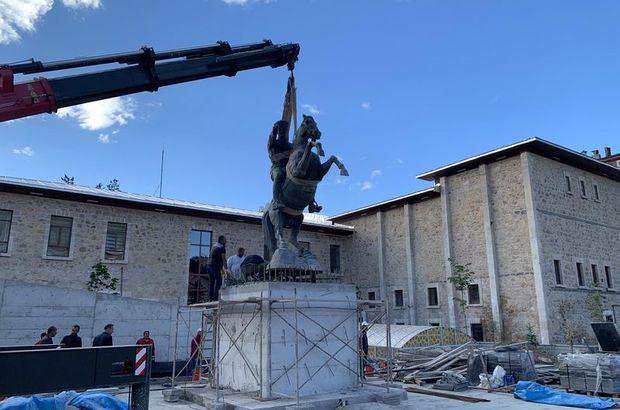 Bayburt'ta geçen yıl kaldırılan Atatürk heykeli, eski yerine konuldu