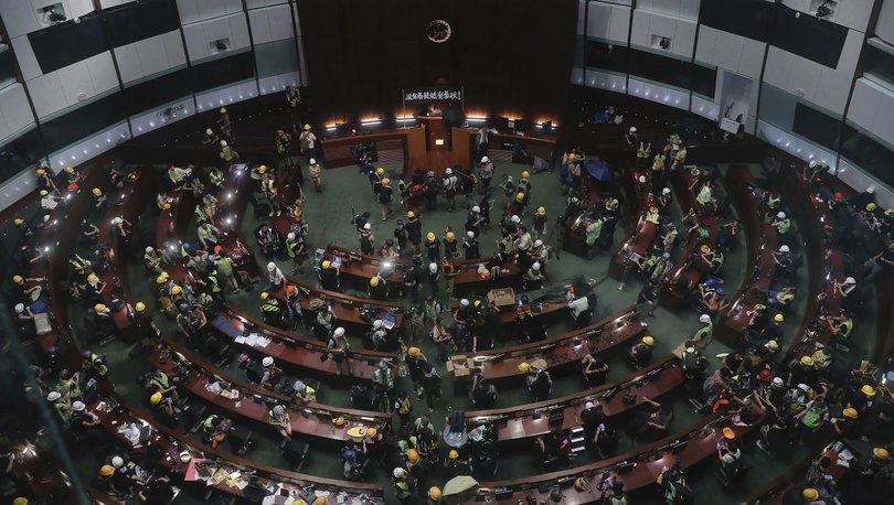 Hong Kong'da protestocular Meclis binasını bastı!