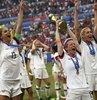"""Dördüncü kez dünya şampiyonu olan Amerikan Kadın Futbol Milli Takımı şu an ülkenin sevgilisi. Bütün spor dalları içinde gelmiş geçmiş en iyi takım olduğunu söyleyenler bile var. Ancak o kadınlar, başarının yanından bile geçemeyen erkek futbolcularla eşit ücret için yargıda hak arıyorlar. Trump'ın sevdiği medyaya göre ise o hakkı hak etmiyorlar; Başkan'a saygı göstermedikleri ve vatansever olmadıkları için. Çünkü takımın süper starı Megan Rapinoe """"Beyaz Saray'a gitmem"""" diyerek Trump'a yönelik """"f..k""""lı cümleler kuracak kadar cevval. Böylece o medyanın gözünde cinsiyet eşitliğine yeni bir kriter getirilmiş bulunuyor: Başkan'a saygı şartı... Habertürk yazarı Ayşe Özek Karasu yazdı"""