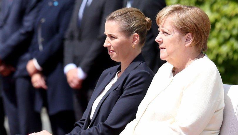 Merkel titrəməmək üçün tədbir gördü: Himni oturub dinlədi