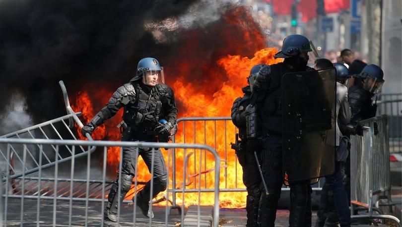 Fransız polisi askeri geçit töreninde protestoculara göz yaşartıcı gazla müdahale etti
