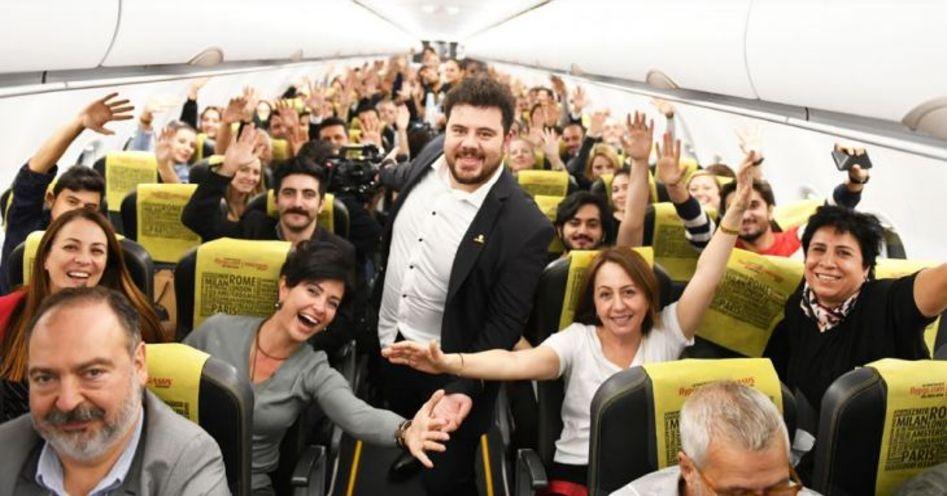 Eser Yenenler, geçtiğimiz yıl İstanbul - Adana arasındaki tarifeli uçakta stand-up yaptı.
