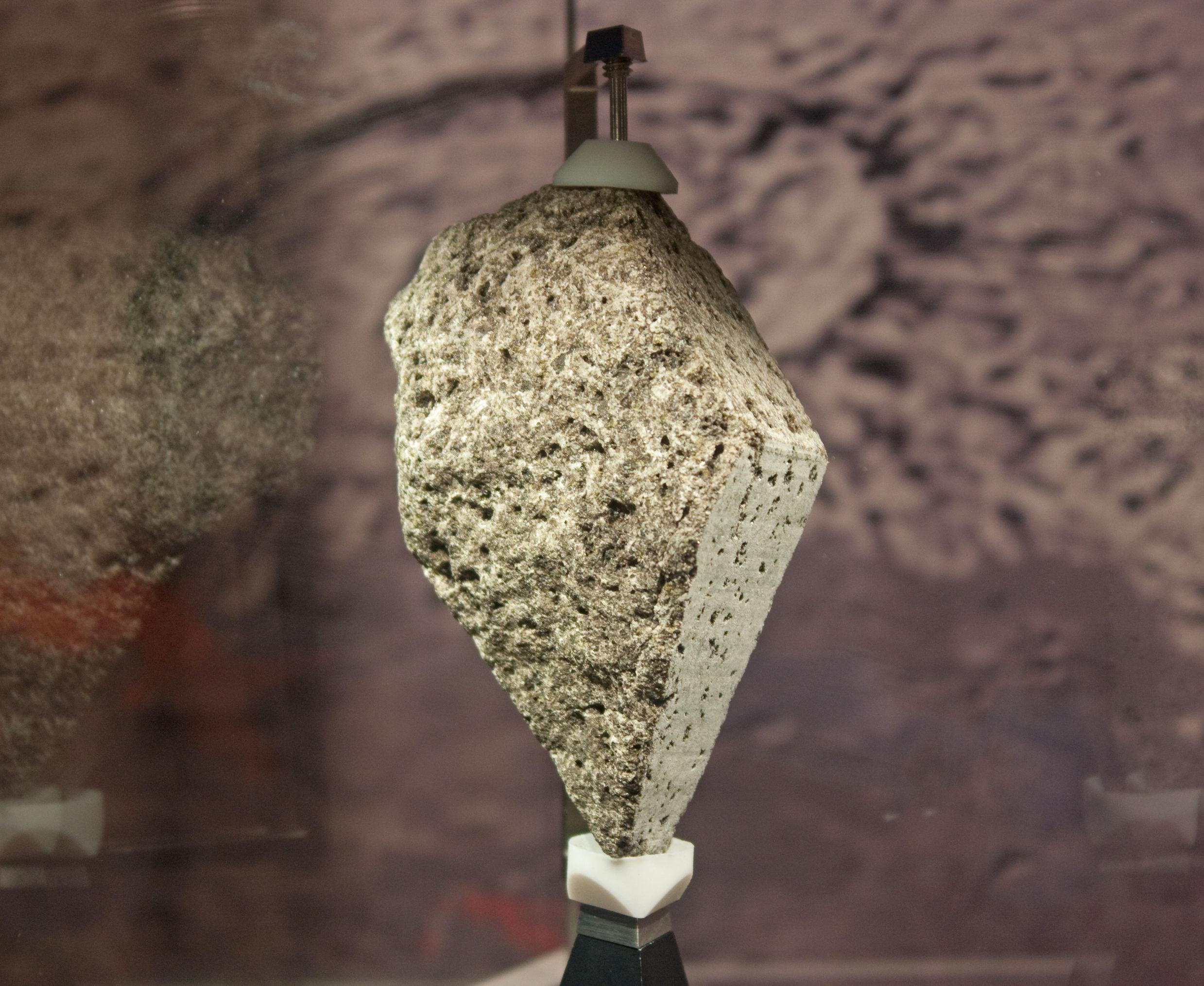 NASA, 'Ay'dan getirilen taşları 50 yıl sonra sergilemeye başladı.