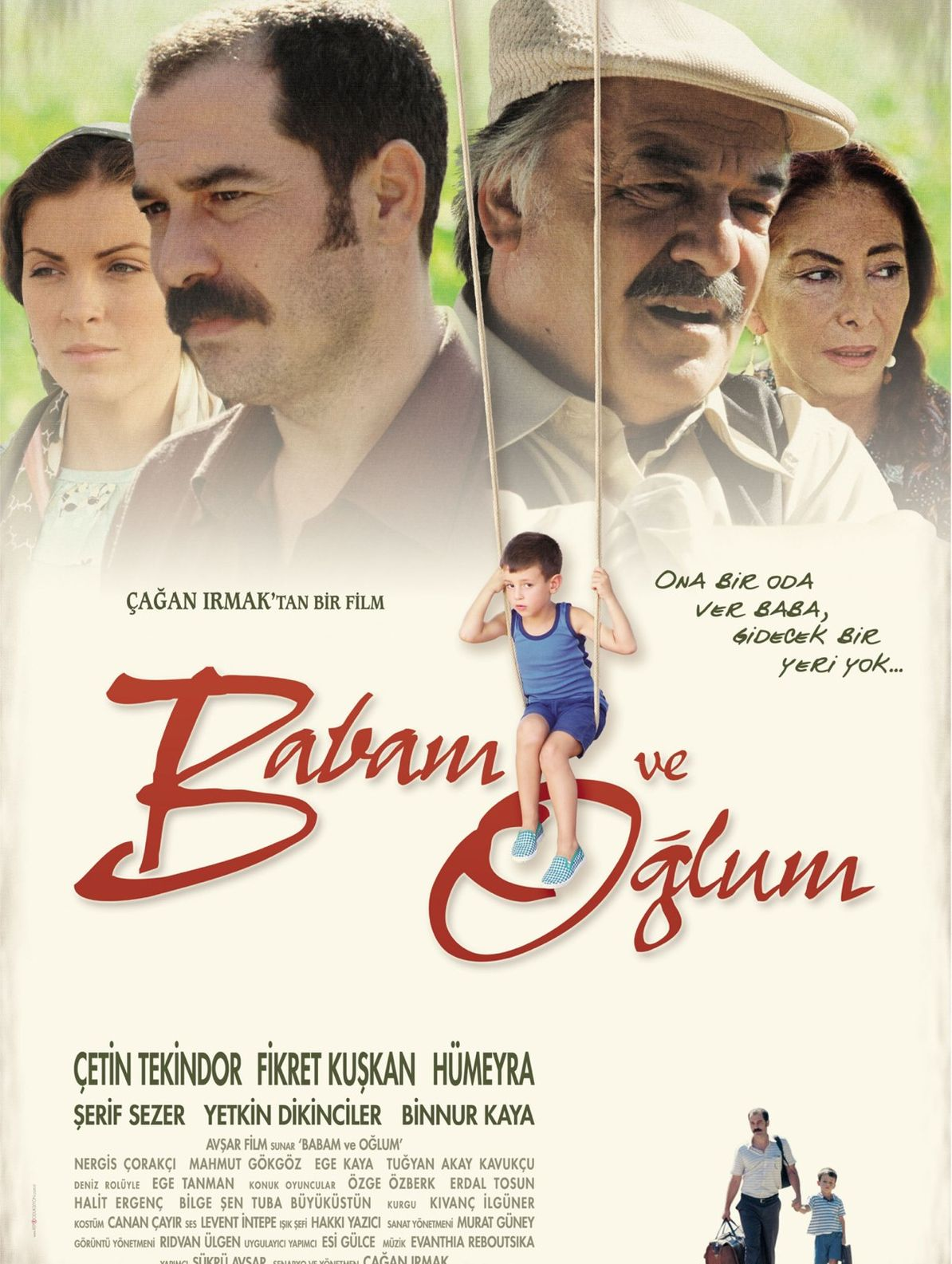 Çağan Irmak'ın yönettiği 'Babam ve Oğlum'da başrolleri Çetin Tekindor, Fikret Kuşkan ve Hümeyra paylaştı.