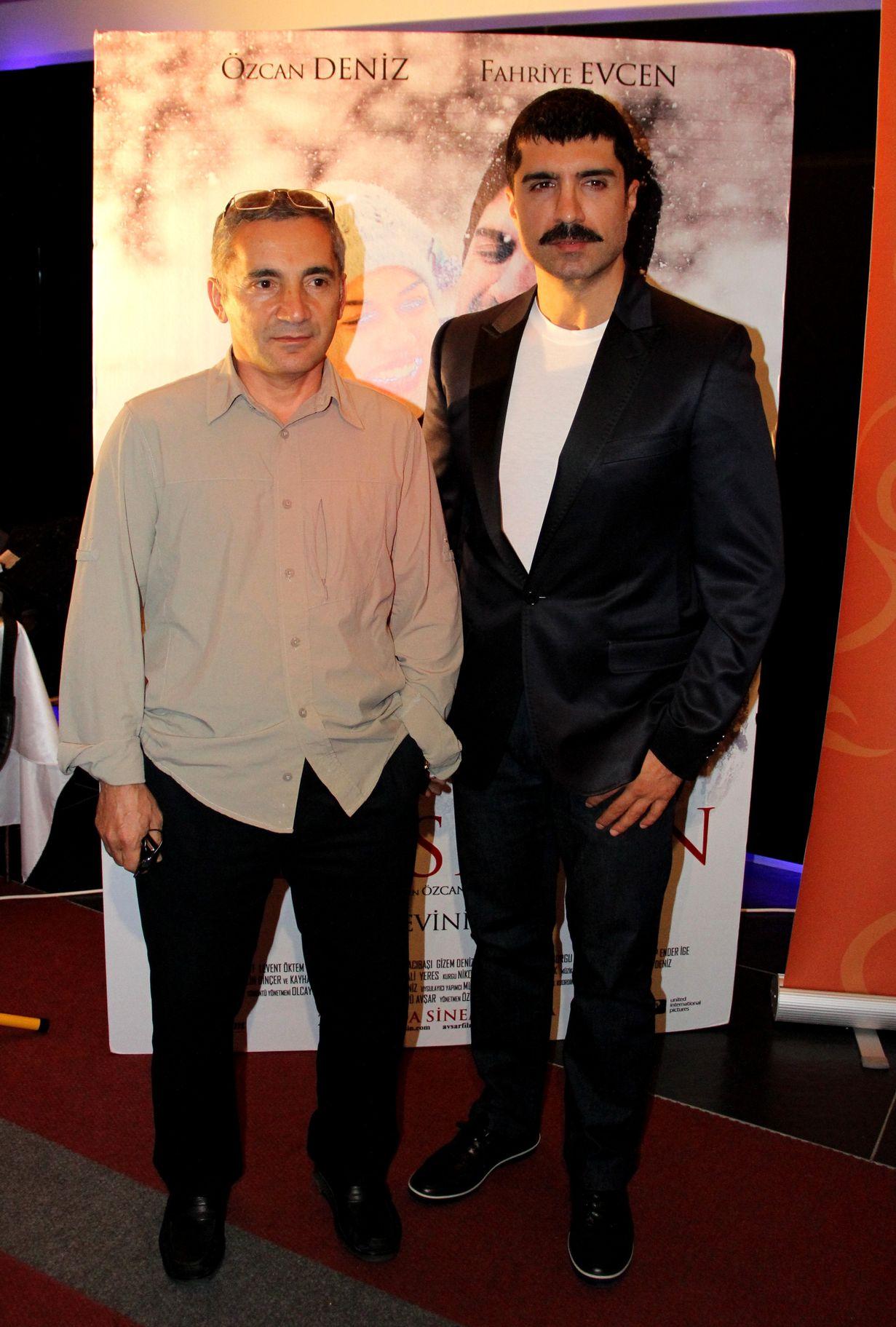 Şükrü Avşar, 'Evim Sensin', 'Su ve Ateş', 'Sevimli Tehlikeli' ve 'Öteki Taraf'ta ortak yapımcı olduğu Özcan Deniz'in kendi tarzını oluşturmasında önemli rol oynadı.