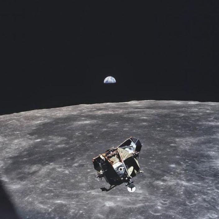 Michael Collins'in tek bir kareye kendisi hariç dünyadaki tüm insanları sığdırdığı, ikonik fotoğrafı...