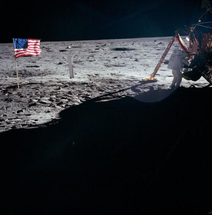Ay'a ilk ayak basan insan Neil Armstrong'un (Aldrin'in başlığının camındaki yansımasını saymazsak) Ay'daki tek fotoğrafı...