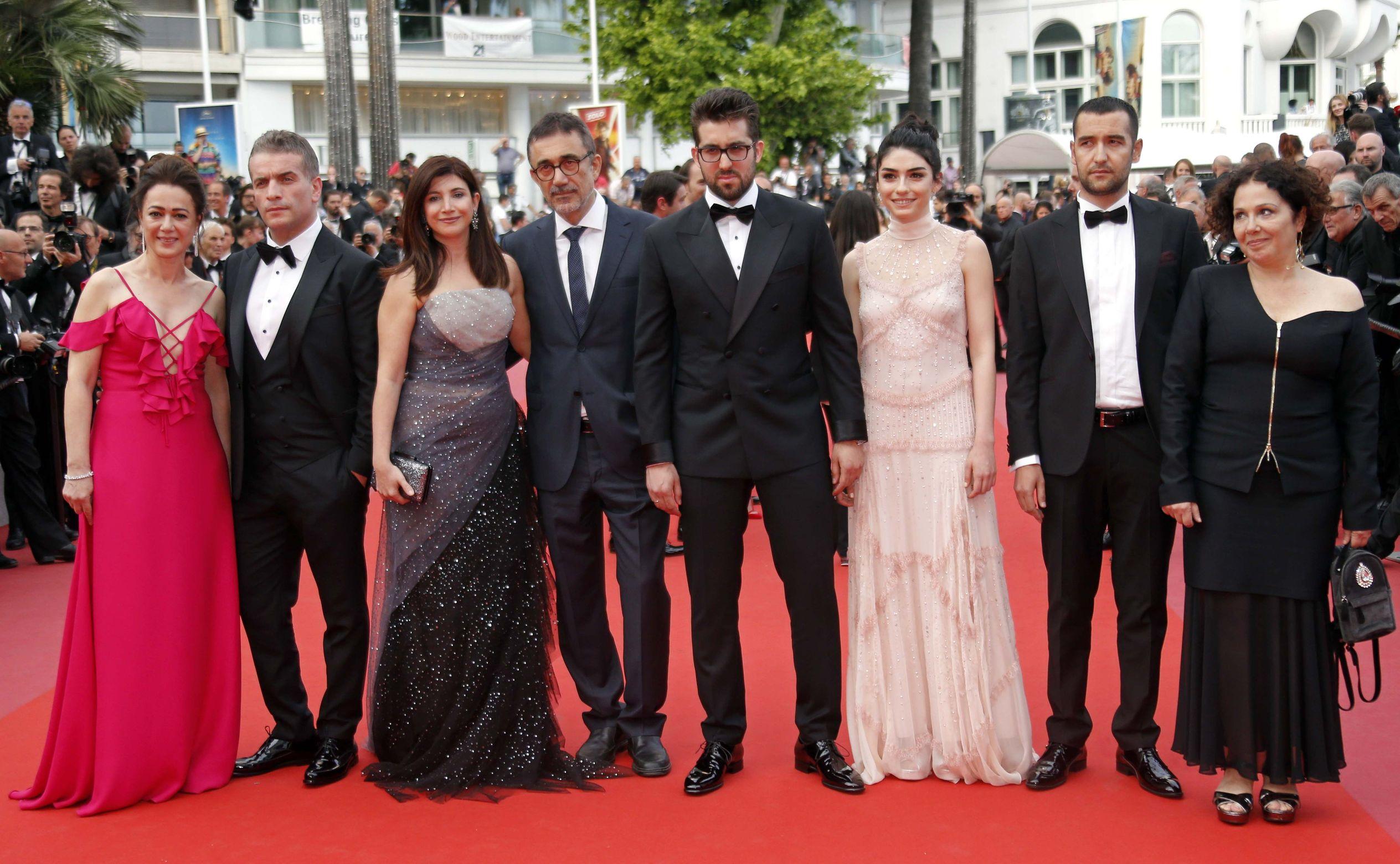 Bennu Yıldırımlar, Murat Cemcir, Ebru Ceylan, Nuri Bilge Ceylan, Doğu Demirkol, Hazar Ergüçlü, Zeynep Özbatur Atakan, 'Ahlat Ağacı'nın Cannes Film Festivali'ndeki prömiyerinde...