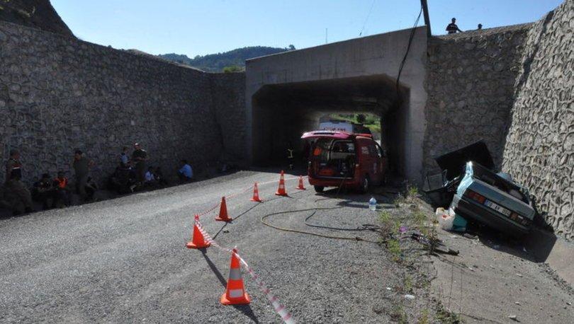 Otomobil üst geçitten düştü: 1 ölü 4 yaralı