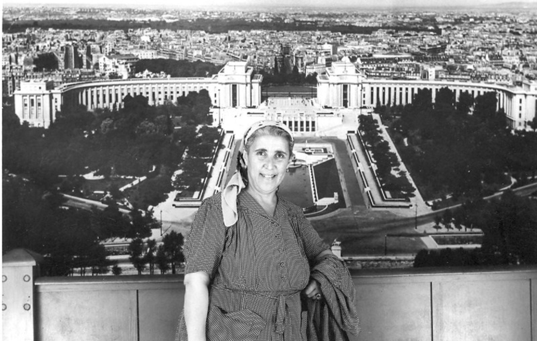 Melek Nimet Özden, yurt dışı gezilerini çok seviyordu. Özden, 1952'de gittiği Paris'te görülüyor.