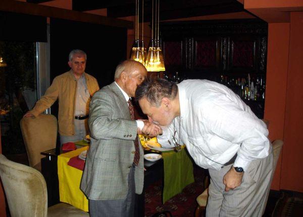 İlber Hoca, Türk Hat Sanatı'nın büyük ismi rahmetli Prof. Dr. Ali Alparslan'ın elini öpüyor...