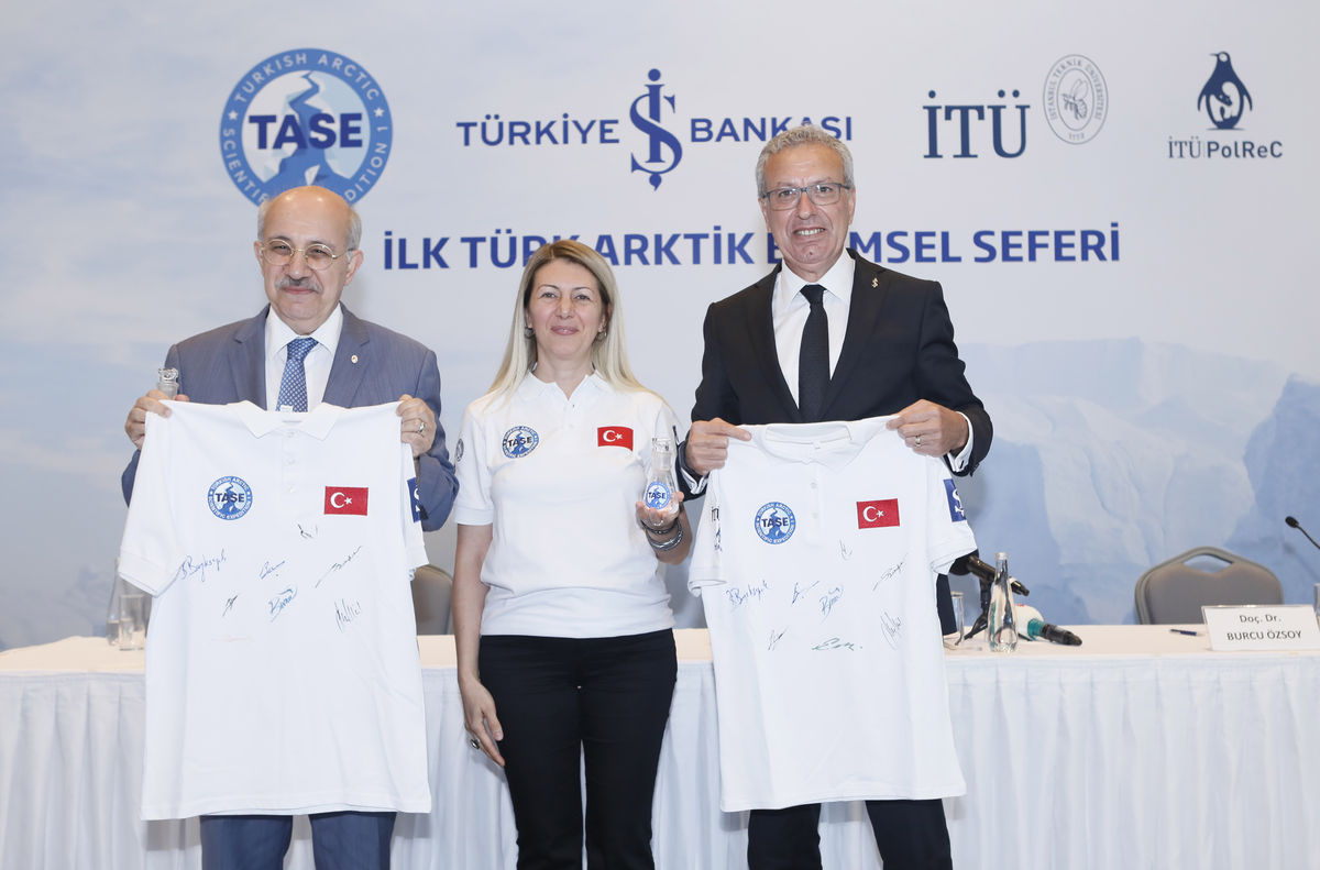 İş Bankası Genel Müdürü Adnan Bali (ORTADA),İTÜ Rektörü Prof. Dr. Mehmet Karaca, Arktik Bilim Seferi Lideri Doç. Dr. Burcu Özsoy