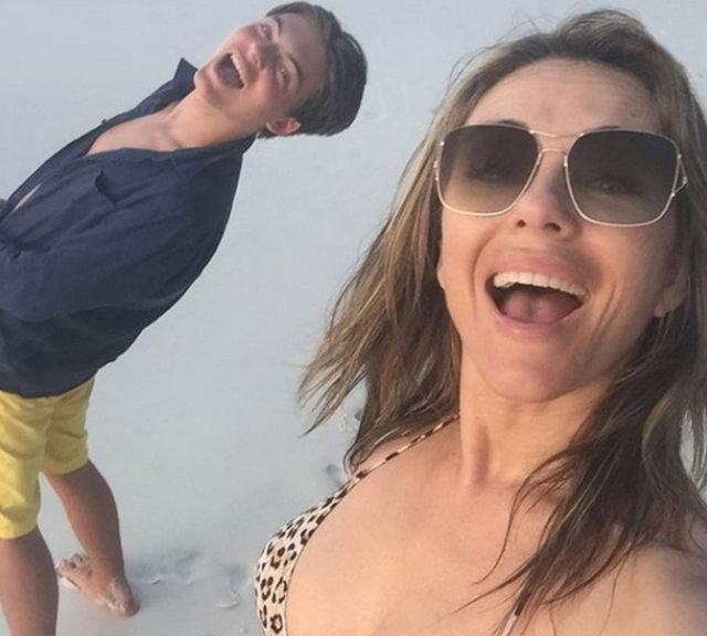 Elizabeth Hurley'den havuzda üstsüz poz - Magazin haberleri
