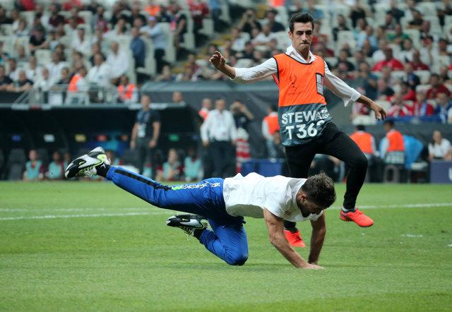 Liverpool Chelsea maçında davetsiz misafir! Bir taraftar sahaya girdi!