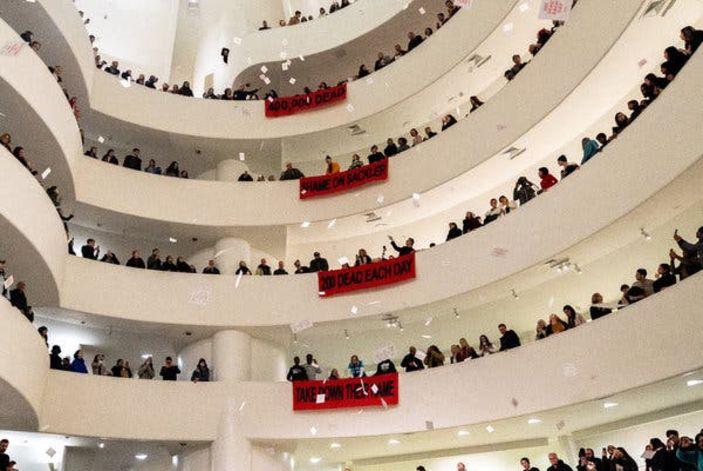 Guggenheim Müzesi, Sackler'e karşı protesto..