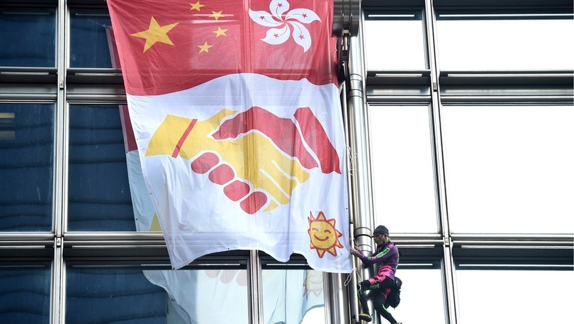 Fransız 'Örümcek Adam' Hong Kong'daki 68 katlı gökdelene çıkıp, barış pankartı açtı
