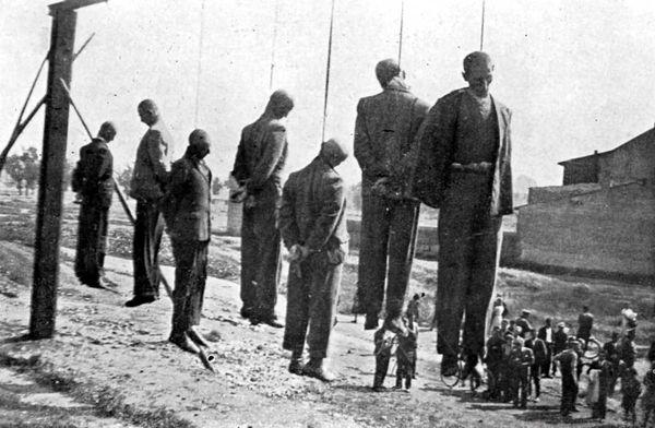 """Sosyal medyada """"1940'da şapka giymeyi reddeden Tokatlılar'ın idamı"""" diye dolaşan bu resim, Naziler'in 1942'de Polonya'nın Krakow şehri yakınlarındaki Plaszow'da idam ettikleri Polonyalılar'ın fotoğrafıdır."""