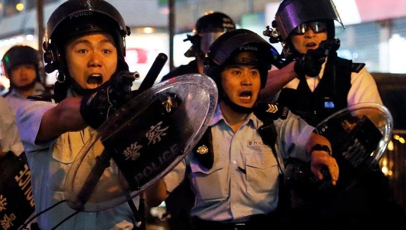 Hong Kong'da protestolar - Polis ilk kez silah çekip TOMA kullandı