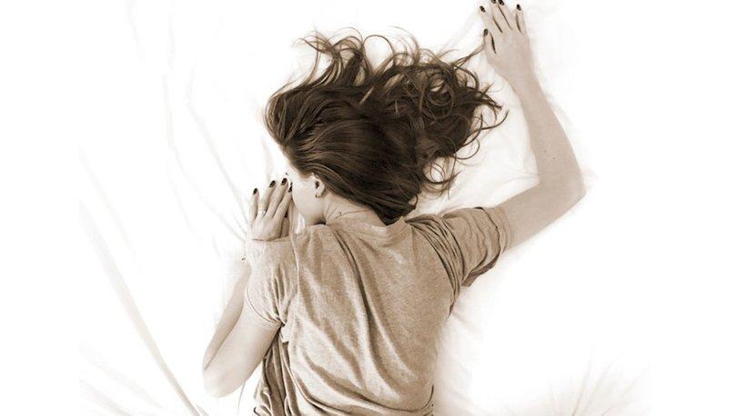 Yüzüstü yatmak ve diş sıkmak boyun ağrısına yol açabilir