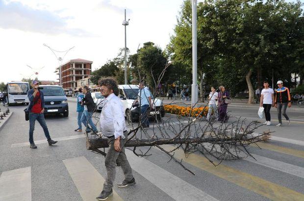 Yanan ağaçları sırtında kent merkezine taşıdı!