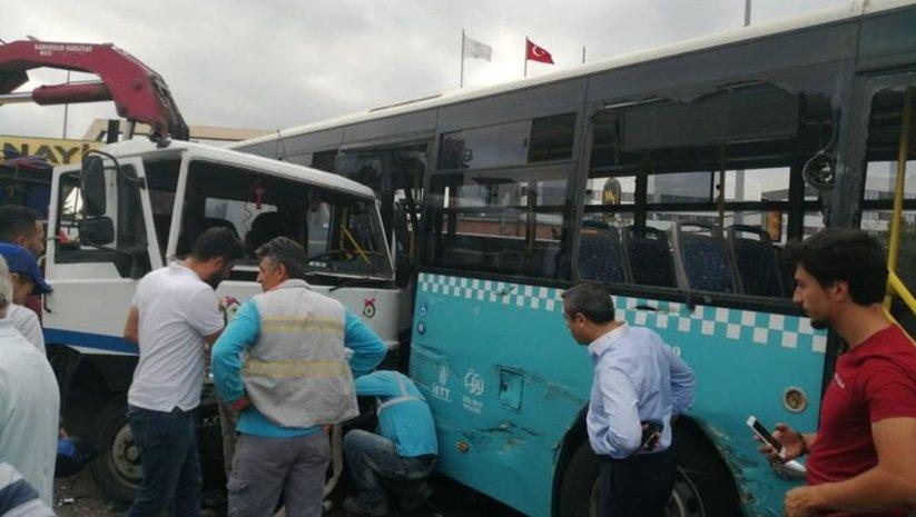 Ümraniye'de kamyon halk otobüsüne çarptı! 9 yaralı