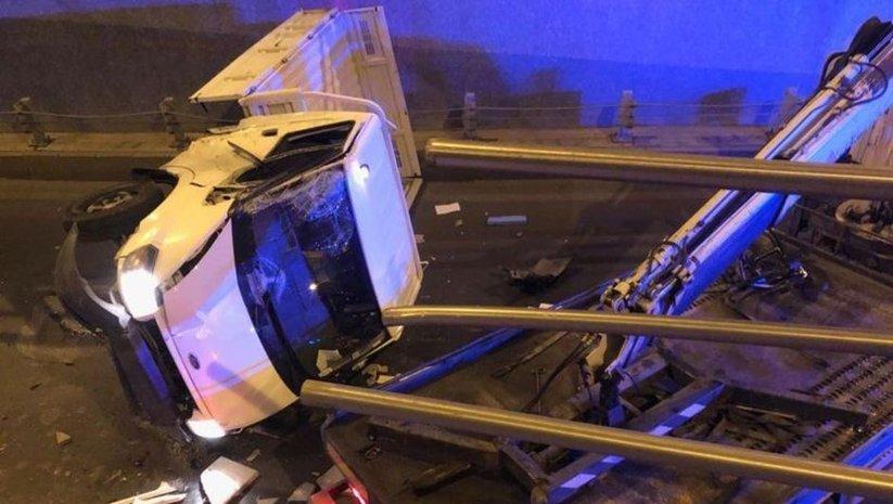 Bariyerlere çarpan kamyonet alt geçide düştü