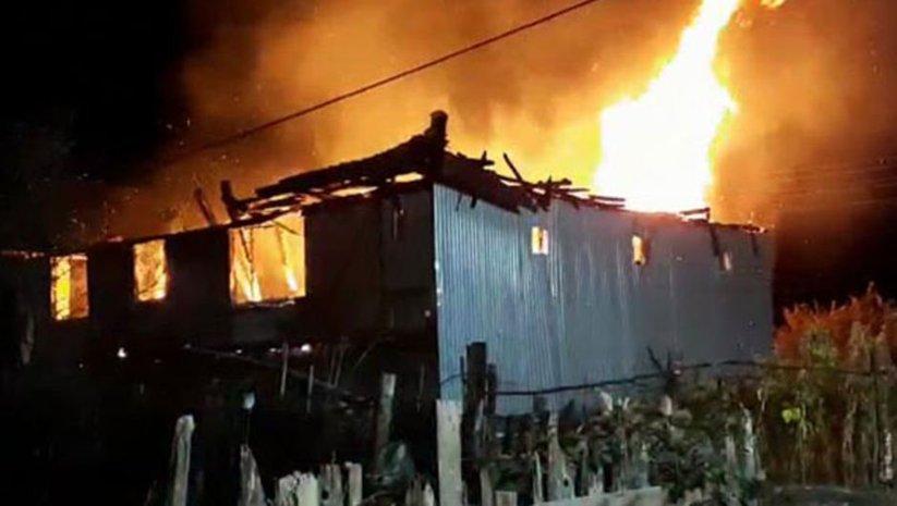 Karabük'te kardeşlere ait iki katlı ahşap ev yandı