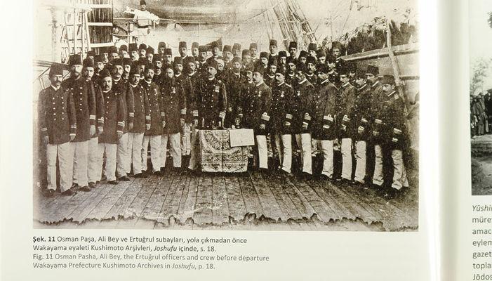 Ertuğrul firkateyni Gemi kumandanı Osman Paşa (ortada) ve gemideki diğer subaylar...