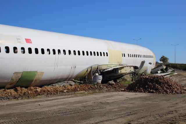 Trabzon'da pistten çıkan uçak çürümeye terk edildi